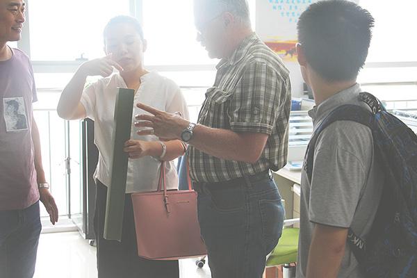 寰洋实业接待人员与客户讲解产品信息.jpg